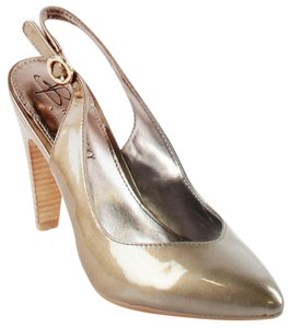 B. Makowsky Beige / Gold Pumps