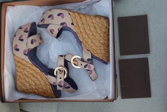 Louis Vuitton Lv Limited Edition Tuileries Wedge Wedge Summer Summer Floral Cute Silk Silk Wedges Nude Base, Pink/Lavender hearts pattern Sandals
