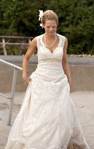 Vintage-style French Bridal's Lace W/ Keyhole Back Wedding Dress