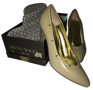 Bruno Magli Gold Studs Leather Like New beige Pumps
