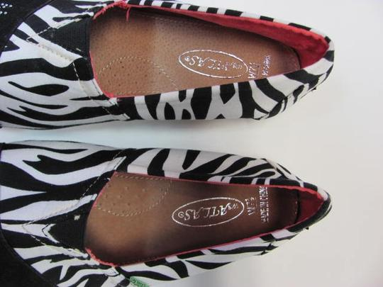Atlas New Excellent Condition Size 7.50 Wide Width BLACK, WHITE Flats