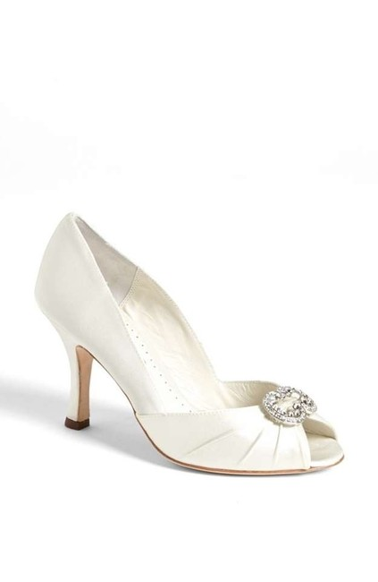 Item - Ivory 'winslett' Pumps Size US 9