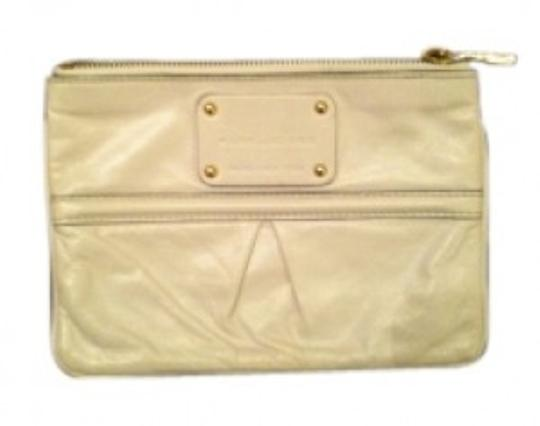 Preload https://img-static.tradesy.com/item/37363/marc-jacobs-flat-zip-pouch-white-leather-clutch-0-0-540-540.jpg