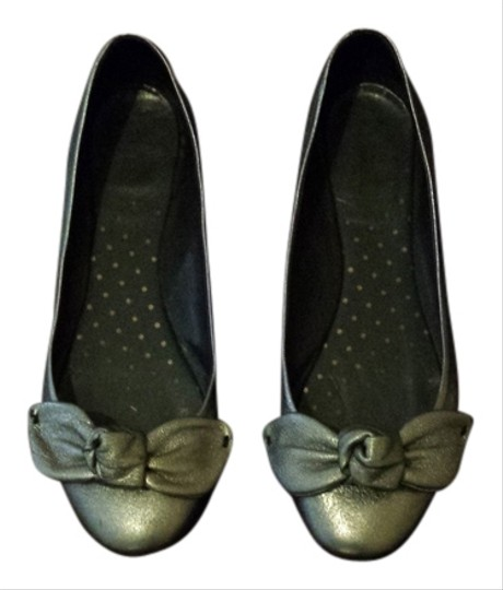 Preload https://item4.tradesy.com/images/moschino-silver-flats-size-us-75-3738988-0-0.jpg?width=440&height=440