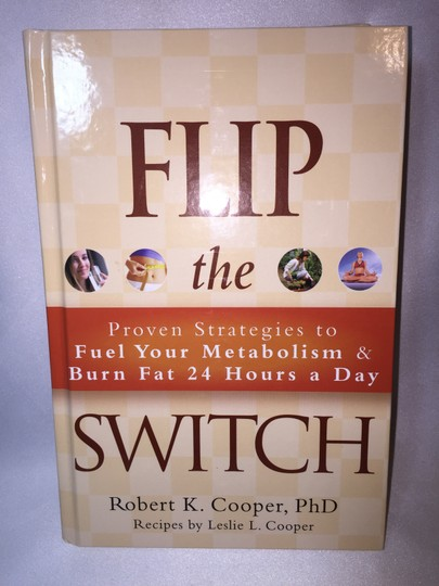 Dr. Robert Cooper Flip the Switch, Lose the Weight: Proven Strategies to Fuel Your Metabolism and Burn Fat 24 Hours a Day by Dr. Robert Cooper, PhD, with Recipes by Leslie L. Cooper; Hardcover Edition [ Roxanne Anjou Closet ]