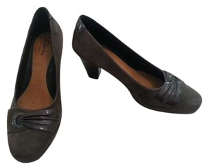 Clarks Suede Patent Leather gray Pumps