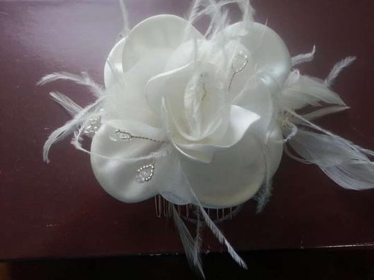 Preload https://img-static.tradesy.com/item/382958/ivorywhite-rose-and-feather-headpiece-hair-accessory-0-0-540-540.jpg