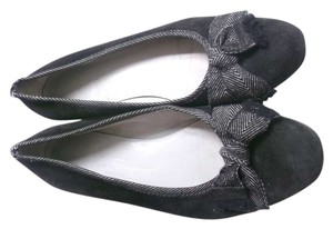 Salvatore Ferragamo Size 7 1/2 Closed Black Flats