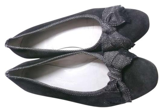 Preload https://img-static.tradesy.com/item/383236/salvatore-ferragamo-black-used-with-bows-flats-size-us-75-regular-m-b-0-0-540-540.jpg