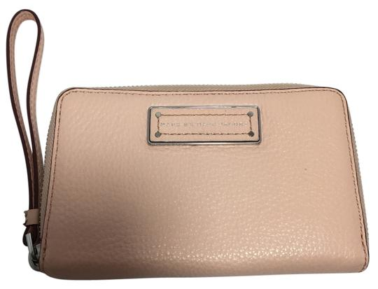 Preload https://item1.tradesy.com/images/marc-by-marc-jacobs-tropical-peach-too-hot-to-handle-wingman-tech-wallet-3866470-0-0.jpg?width=440&height=440
