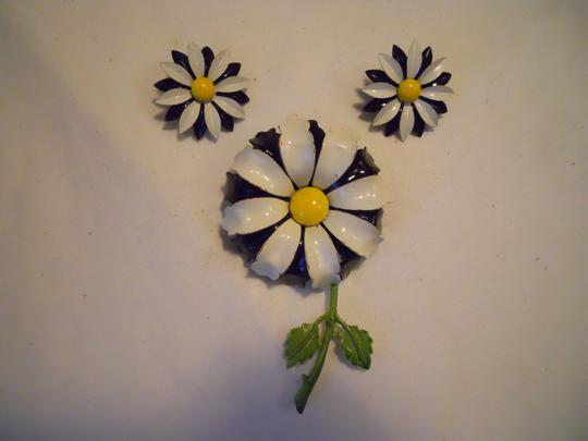 Other Vintage enamel daisey pin & earrings Image 1