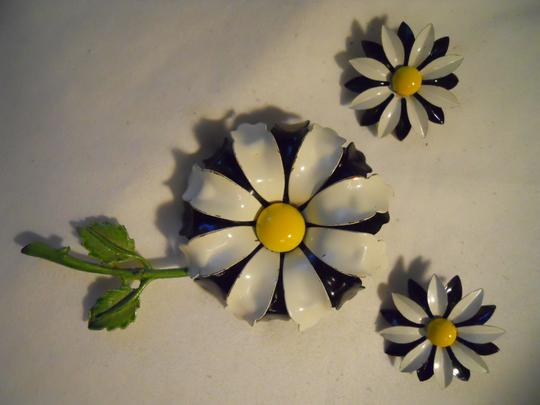 Other Vintage enamel daisey pin & earrings Image 2