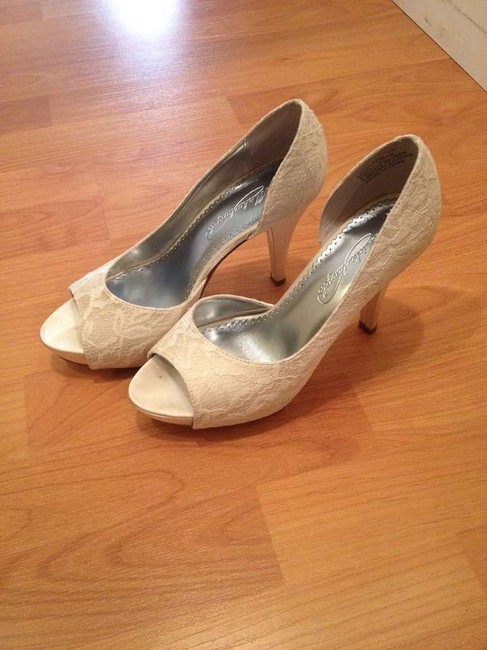 Item - Ivory Lace Pumps Size US 7