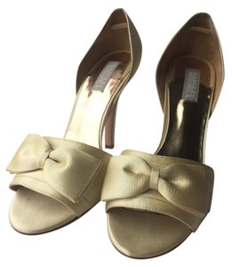 Badgley Mischka Ivory Pumps