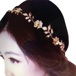 GOLD TONE LEAF FLOWER TIARA