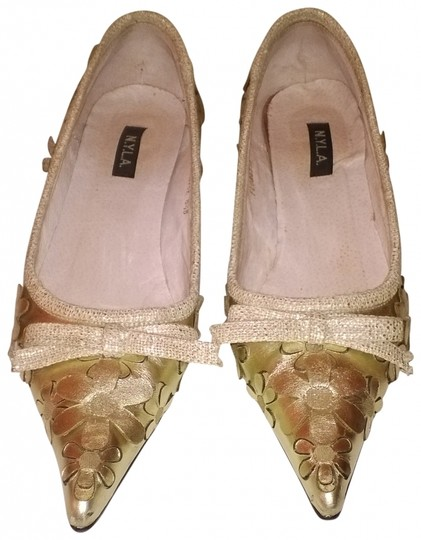 N.Y.L.A. Decorative Embossed Leather Floral Pointed Toe Metallic Pale Gold Pumps