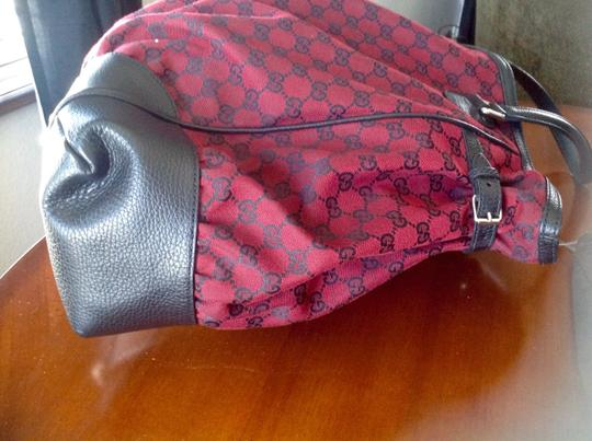 Gucci Canvaa Signature. Leather Trim Like New Large Shoulder Bag
