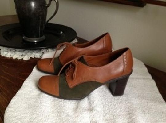 Naturalizer Caramel leather with green suede insets Pumps