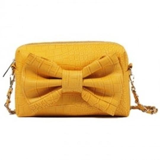 Preload https://item2.tradesy.com/images/forever-21-clutch-yellow-shoulder-bag-41341-0-0.jpg?width=440&height=440
