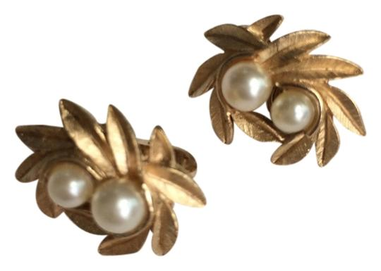 Preload https://img-static.tradesy.com/item/4145797/avon-gold-pearl-vintage-costume-and-tone-clip-on-earrings-0-0-540-540.jpg