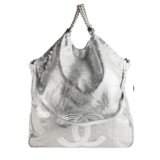 Preload https://img-static.tradesy.com/item/4208827/chanel-hobo-metallic-rodeo-drive-grand-shopping-silver-perforated-leather-tote-0-0-540-540.jpg