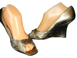Kenneth Cole Wedge High Heels Formal Pleat Overlapping Vamp Tan Sandals