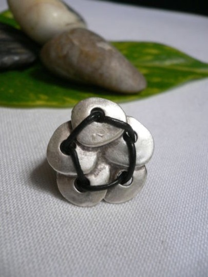 Alwaystyle4you Women Silver Metal Big Flower Five Leaves Black Fashion Ring Image 5