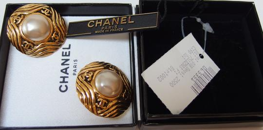 Chanel Authentic vintage Chanel 25 gold tone and faux pearl clip-on earring w/box and tag