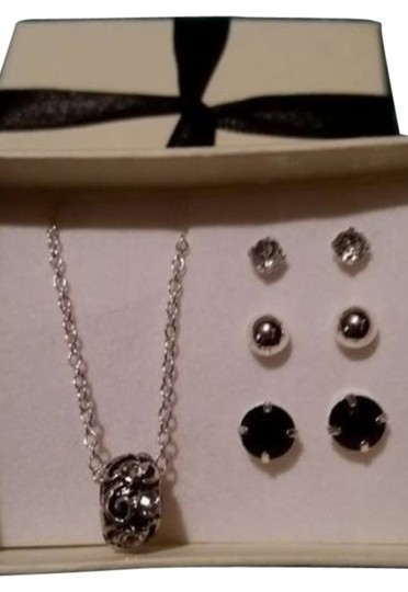 Avon NEW Avon Milpada 4-piece gift set, necklace and 3 sets of earrings