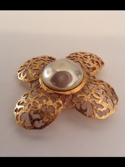 Chanel RARE VINTAGE CHANEL 1980's SEASON 23 GOLD PLATED CC PEARL BROOCH