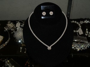 White/Silver Of Pearls and Rhinestones Earrings Se Necklace