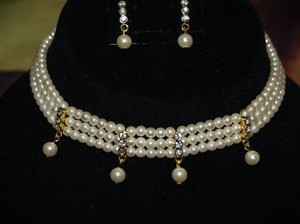 A Gold And Ivory Choker & Matching Earrings Set 7