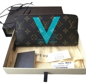Louis Vuitton Beautiful Authentic Limited Edition 2015 V zippy WALLET