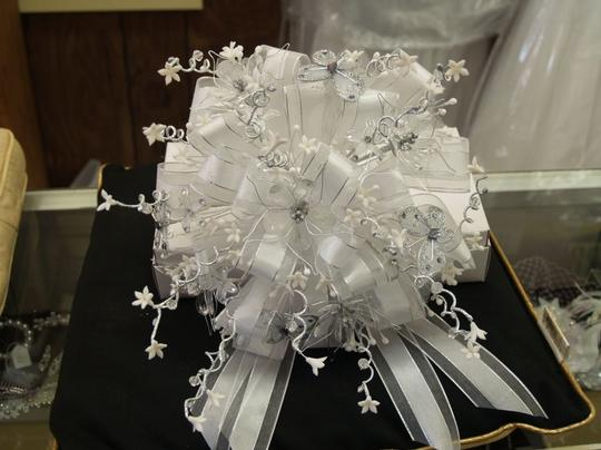 White /Silver Round Bridal Bouquet Wb02