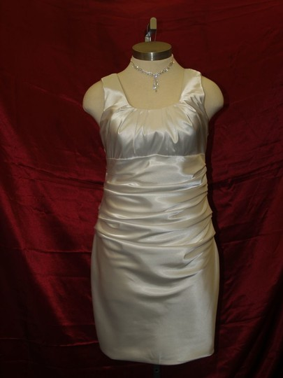 White Unknown Flattering Short #2970 Destination Dress Size 14 (L)