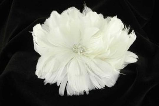 Preload https://item5.tradesy.com/images/light-ivory-and-swarovski-crystals-fg09-real-feather-comb-hair-accessory-47974-0-0.jpg?width=440&height=440