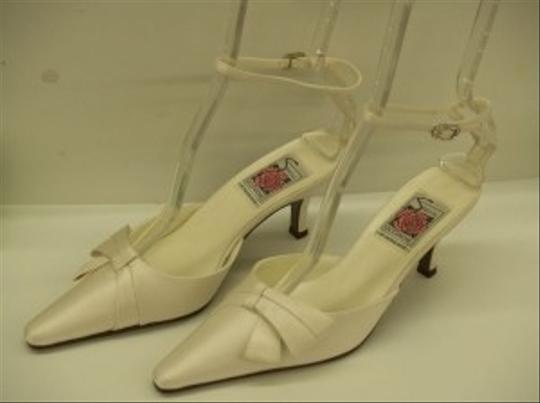Special Occasions by Saugus Shoe Diamond/Silk White Ivory Modern Bow Closed Toe Pointy Toe Formal Size US 6.5 Wide (C, D)