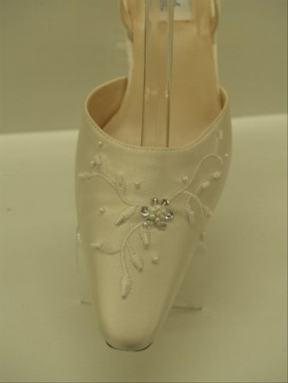 Dyeables Diamond/Silk White Private Collection Valentina New Ivory Beige Closed Toe Pointy Toe Slingback Formal Size US 7 Regular (M, B)