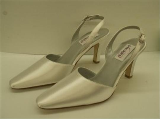 Dyeables White Low Heel Formal Size US 8