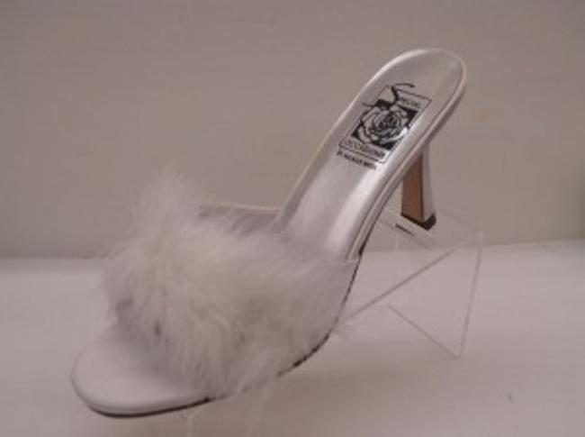 Item - White Fur Heeled Slippers Size US 8