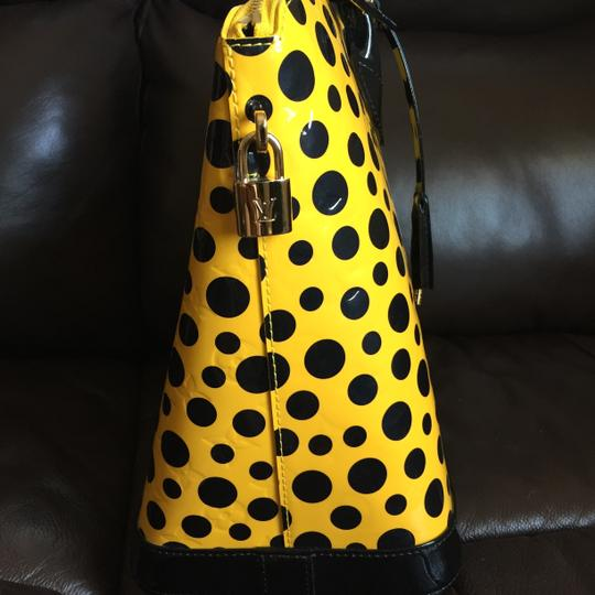 Louis Vuitton Limited Edition Lv Yayoi Kunama Collection Lock It Mm Vernis Infinity Leather Tote in yellow polka Dots Image 4