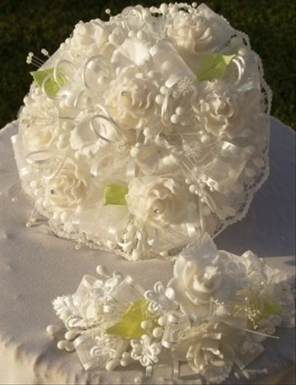 Preload https://img-static.tradesy.com/item/48801/white-and-green-handmade-round-bouquet-roses-headpiece-0-0-540-540.jpg