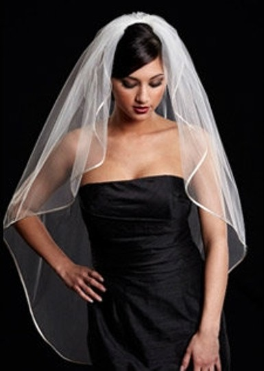 Preload https://img-static.tradesy.com/item/49129/diamondsilk-white-medium-toni-federici-bridal-veil-0-0-540-540.jpg