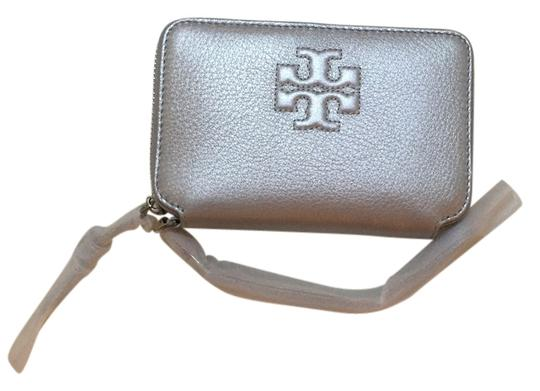 Preload https://item5.tradesy.com/images/tory-burch-silver-metallic-thea-smartphone-wristlet-tech-accessory-4967479-0-0.jpg?width=440&height=440