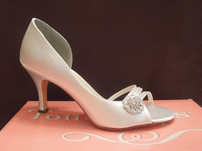 Item - White Satin Formal Size US 7.5 Regular (M, B)