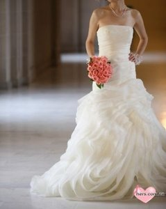 Vera Wang Ivory Organza Fit and Flare Gown with Bias Flange Skirt Modern Wedding Dress Size 6 (S)