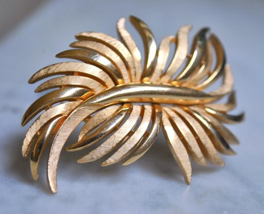 CROWN TRIFARI VINTAGE CROWN TRIFARI GOLD LEAFY BROOCH Image 1