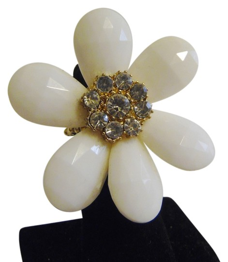 Preload https://item5.tradesy.com/images/other-white-flower-stretch-ring-5089654-0-0.jpg?width=440&height=440