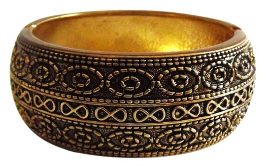Preload https://img-static.tradesy.com/item/5114758/goldtone-big-and-bold-scroll-design-hinged-bangle-fits-7-to-8-inch-wrists-bracelet-0-0-540-540.jpg