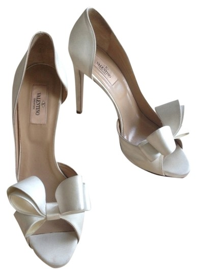 Preload https://item4.tradesy.com/images/valentino-white-pumps-516318-0-0.jpg?width=440&height=440